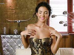 Majestätische Jungfrau Mirelle Gathieu streichelt ihre Klitoris und Nippel
