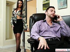 Lily Adams findet heraus, dass ihr Chef sie will und fickt ihn bei der Arbeit