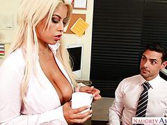 Büroangestellte fickt seine vollbusige Kollegin Bridgette B bei der Arbeit