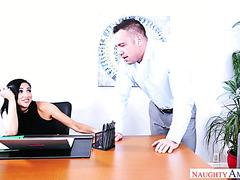 Audrey Bitoni und ihre Kollegin beenden ein Brainstorming mit heißem Sex im Büro