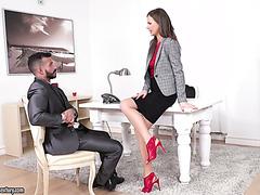 Der hübsche Kerl zahlt Tina Kay seine Schulden ab, indem er sie im Büro in den Arsch fickt
