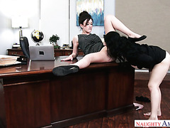 Wütend boss fickt zwei blasse Sekretärinnen Jennifer White und Noelle Easton in office