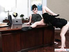 Wütender Chef fickt zwei blasse Sekretärinnen Jennifer White und Noelle Easton im Büro