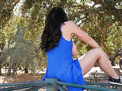 Die vollschlanke Angela White reitet einen großen schwarzen Schwanz auf einem Karussell