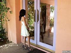 Hausmädchen Maya Bijou ruft ihn an, um ihre feuchte Latina-Muschi mit seinem BBC zu ficken