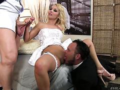 Cuckold-Bräutigam sieht seiner Braut Aaliya Love zu, wie sie den Trauzeugen macht