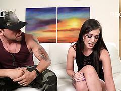 Dude will, dass seine Freundin Gia Paige einen anderen Mann vor der Kamera fickt