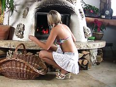 Die schöne Helen Flingston zeigt ihren jungfräulichen Kuchen am Kamin