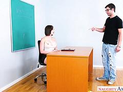 Geile Lehrerin Yasmin Scott benutzt ihre Schülerin, um Stress abzubauen