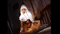 Spritzende Nonne Yudi Pineda fickt Mönch außerhalb des Klosters