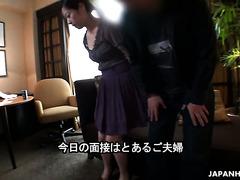 Ein Ehemann sieht freudig zu, wie seine Frau Juri Sawada beim Pornocasting genagelt wird