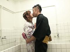 Margarita nimmt mit ihren eigenen Fingern die Jungfräulichkeit und duscht