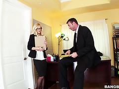 Alex Grey fickt ihren Chef im Büro, weil sie nicht gefeuert werden will