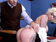 Sexhungrige Harlow Harrison wird von ihrem Boss ausgepeitscht und gefickt