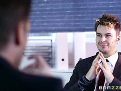 Bürohacke Stacey Saran fickt gutaussehenden Typen beim Vorstellungsgespräch