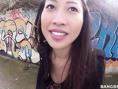 Französisch-asiatische Sexbombe Sharon Lee behandelt riesigen Latino-Schwanz im Freien