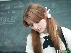 Ingwer-Studentin im ersten Jahr, Miley Cole, fängt Lehrer-Spankin-Affen