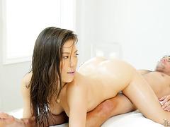 Kalina Ryu gibt eine atemberaubende Nuru-Massage mit vollem Service