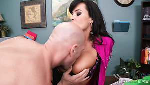 Kahle office manager Johnny Sins fickt geile Sekretärin Lisa Ann