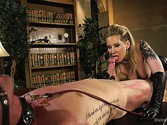 Gehorsame Sklaven Nikki Knightly und Charlotte Cross werden von Herrin gefistet