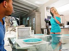 Unerwarteter Dreier für einen Schwarzen mit Riley Reid und ihrer dicken Stiefmutter Cherie DeVille